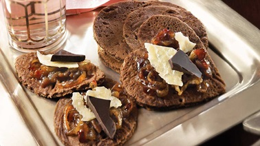 Dark chocolate blinis with raspberry-onion confit and 5-year-old cheddar