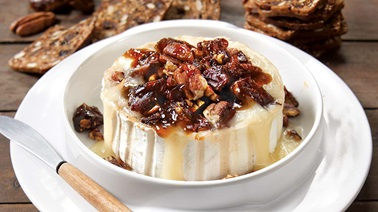 Melted goat cheese with dates and figs