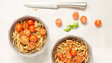 Linguine with fresh tomato sauce