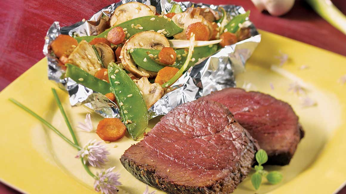 Barbecued mini-roast and vegetables en papillote