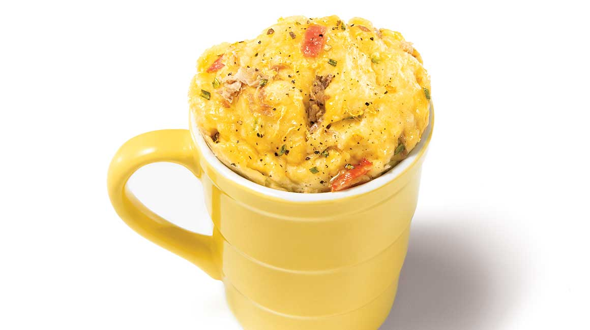 Tuna and tomato lunch omelette in a mug