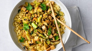 Asian stir-fry with cauliflower leaves & tofu - Recipe from La Tablée des Chefs