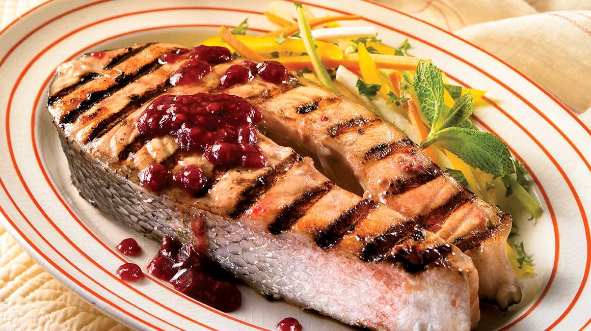 Saumon grill aux framboises recettes iga poisson - Accompagnement poisson grille barbecue ...