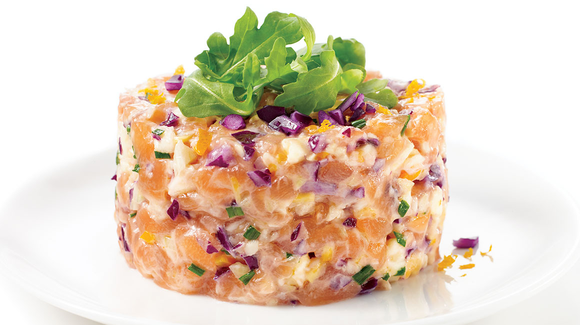 Salmon tartare with crunchy cabbage and spicy mayo