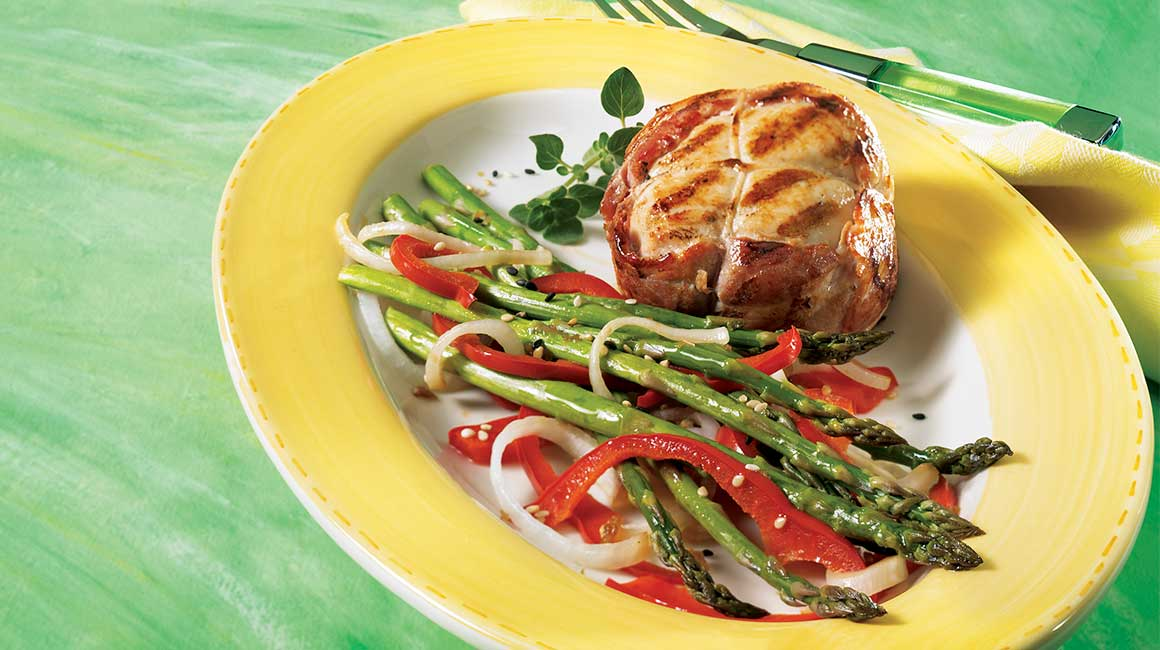 Fresh chicken tournedos and asian asparagus papillote