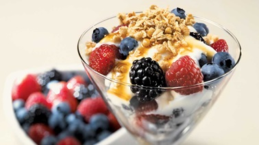 Crunchy yogurt with berries